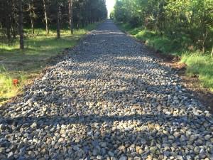 Droga w trakcie prac nad układaniem kruszywa